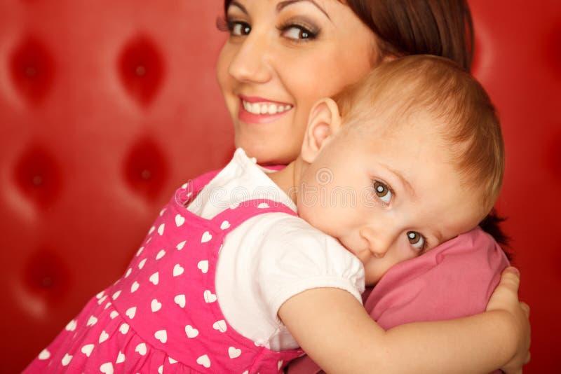 Retrato de la madre y de la hija que se abrazan fotografía de archivo libre de regalías