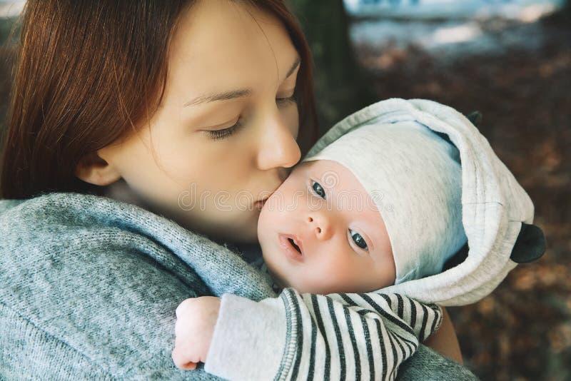 Retrato de la madre y del bebé imágenes de archivo libres de regalías