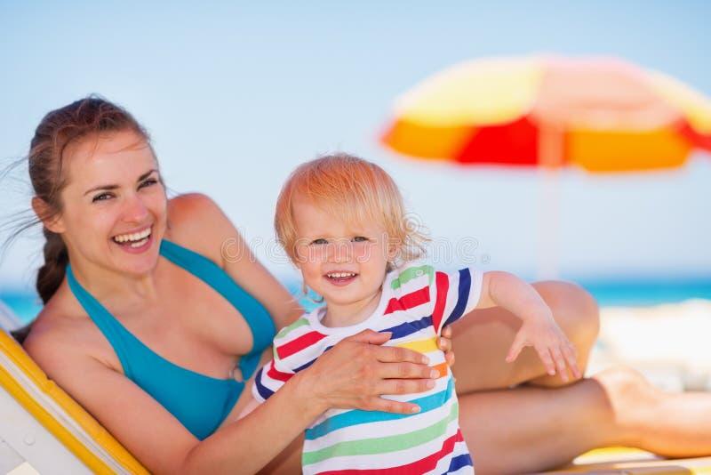 Retrato de la madre y del bebé en la playa fotos de archivo libres de regalías