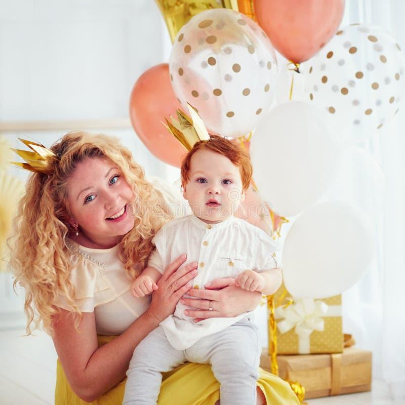 Retrato de la madre y del pequeño bebé lindo en su 1ra fiesta de cumpleaños imagen de archivo