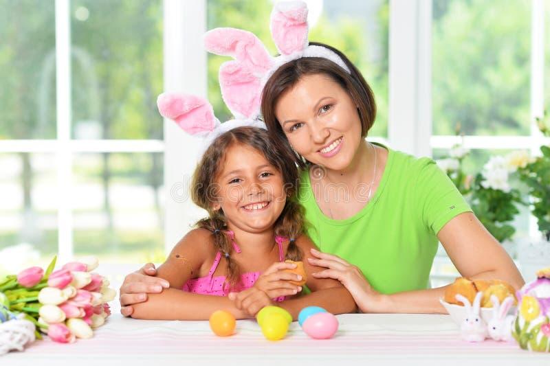 Retrato de la madre y de la hija con los huevos de Pascua fotografía de archivo libre de regalías