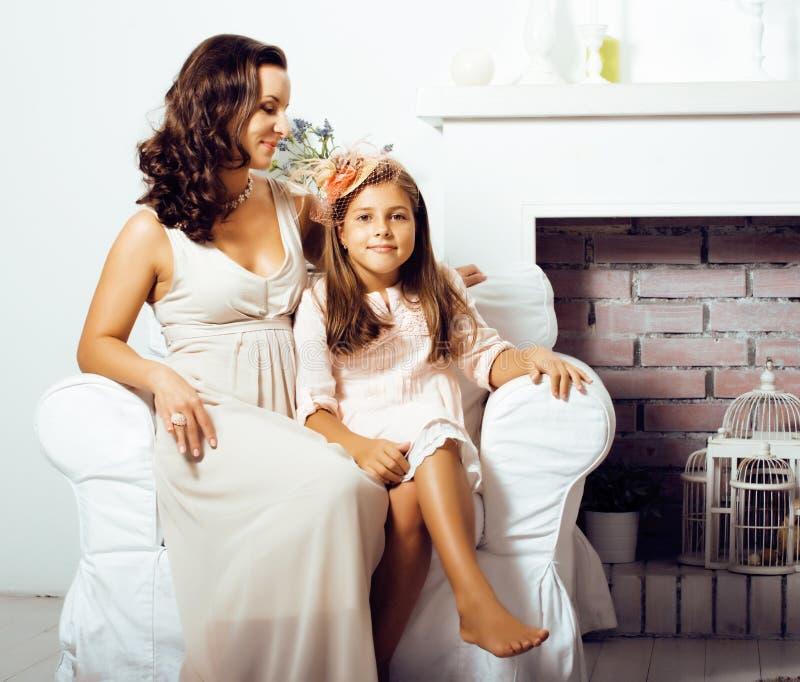 Download Retrato De La Madre Y De La Hija Jovenes Sonrientes En Casa, Fam Feliz Foto de archivo - Imagen de cama, cabrito: 100530704