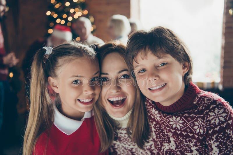 Retrato de la mamá alegre con los hermanos Reunión de la mañana de Noel foto de archivo libre de regalías