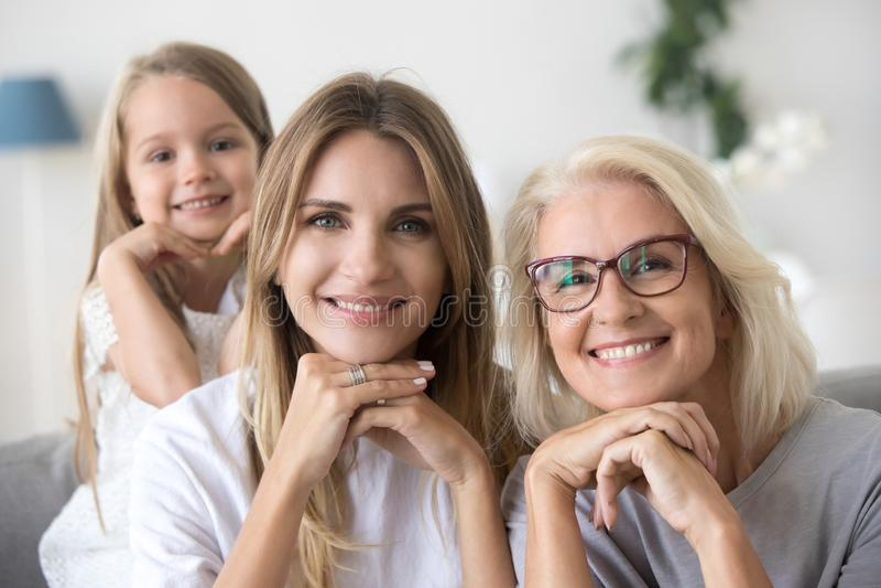 Retrato de la mamá y del niño felices de la abuela de la generación de tres mujeres fotografía de archivo libre de regalías