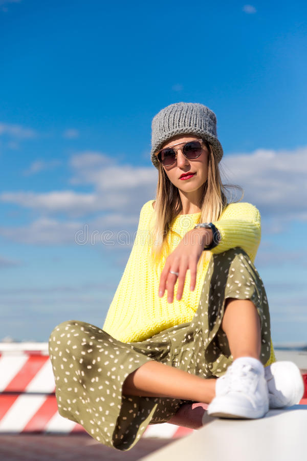 Retrato de la manera de la alta manera look la muchacha modelo rubia joven hermosa atractiva elegante del encanto en inconformist fotografía de archivo libre de regalías