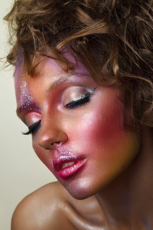 Retrato de la manera de la mujer hermosa Wi coloridos creativos del maquillaje imagenes de archivo