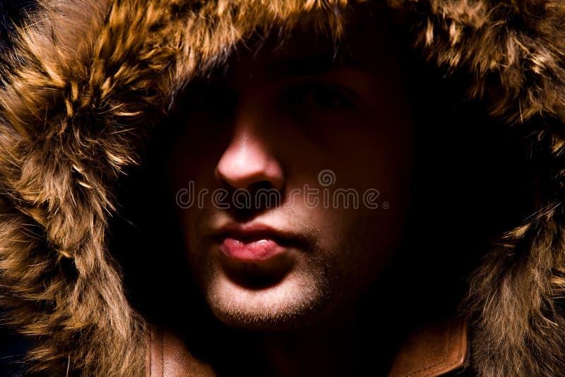 Retrato de la manera del hombre en capo motor de la piel fotos de archivo