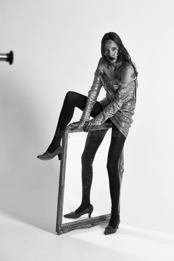 Retrato de la manera Muchacha sangrienta del zombi con el espejo foto de archivo