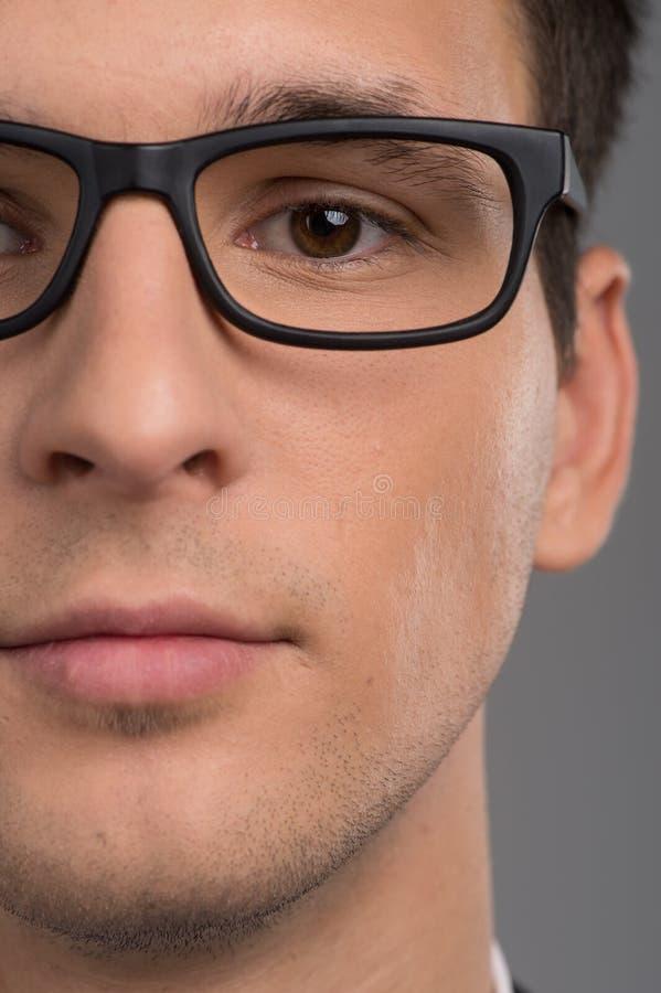 Retrato de la media cara del hombre que mira la cámara fotos de archivo