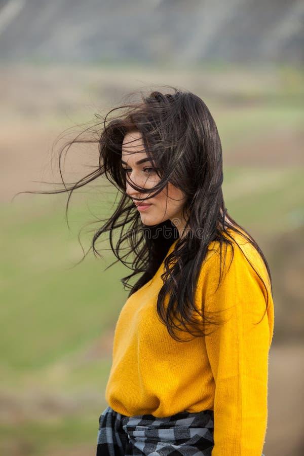 Retrato de la moda de la belleza de la muchacha morena hermosa joven con el pelo negro largo y los ojos verdes Retrato de la bell fotografía de archivo