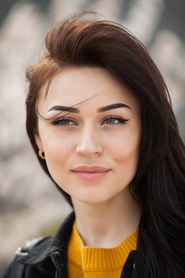 Retrato de la moda de la belleza de la muchacha morena hermosa joven con el pelo negro largo y los ojos verdes Retrato de la bell foto de archivo libre de regalías