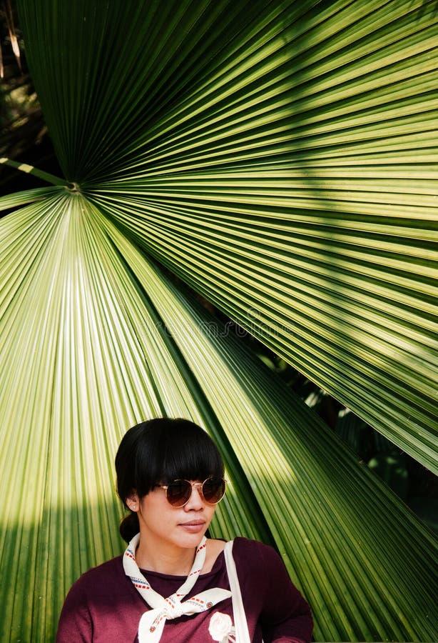 Retrato de la moda de la calle de la mujer joven asiática con el pelo oscuro en j fotografía de archivo
