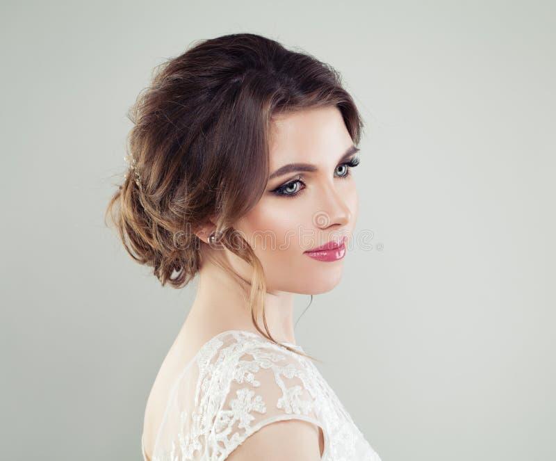 Retrato de la moda de la cara hermosa joven de la mujer Maquillaje perfecto, peinado nupcial fotografía de archivo libre de regalías