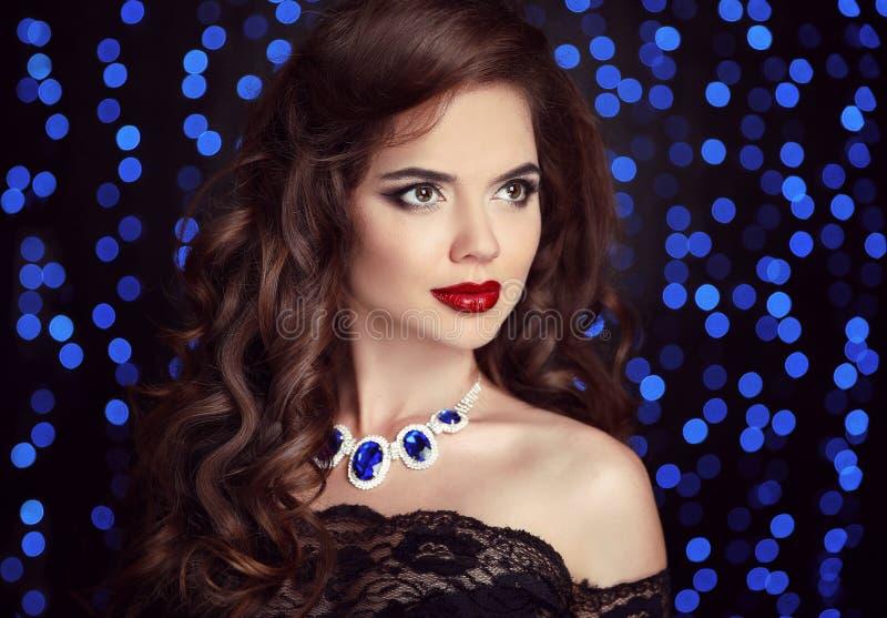 Retrato de la moda de la belleza de la mujer elegante con el maquillaje rojo de los labios, h imágenes de archivo libres de regalías