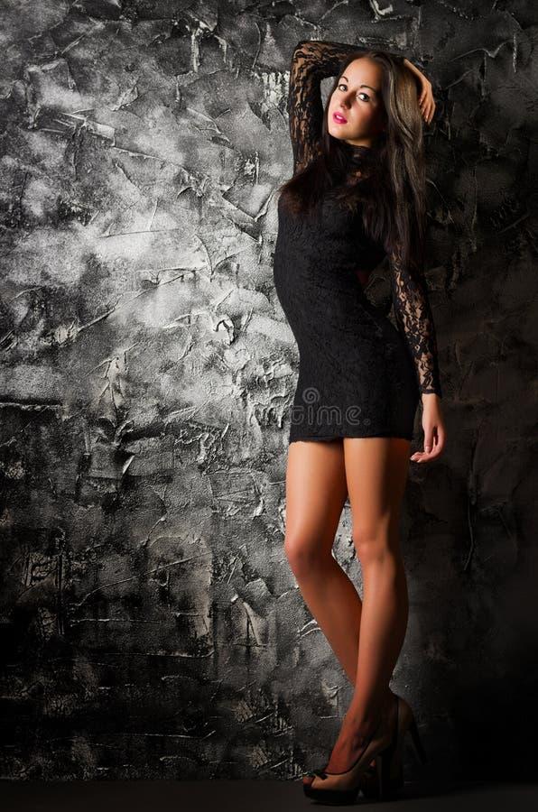 Retrato de la moda de la chica joven en la pared áspera foto de archivo