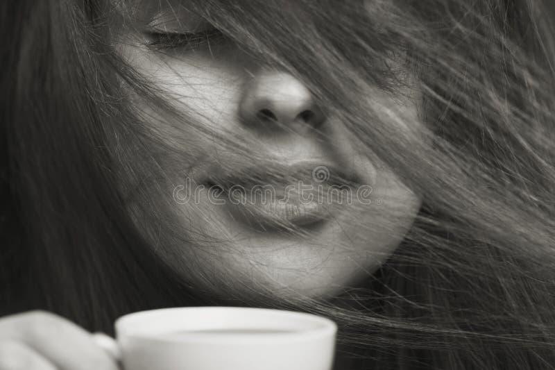 Retrato de la moda de la mañana de la mujer con una taza de café imagenes de archivo