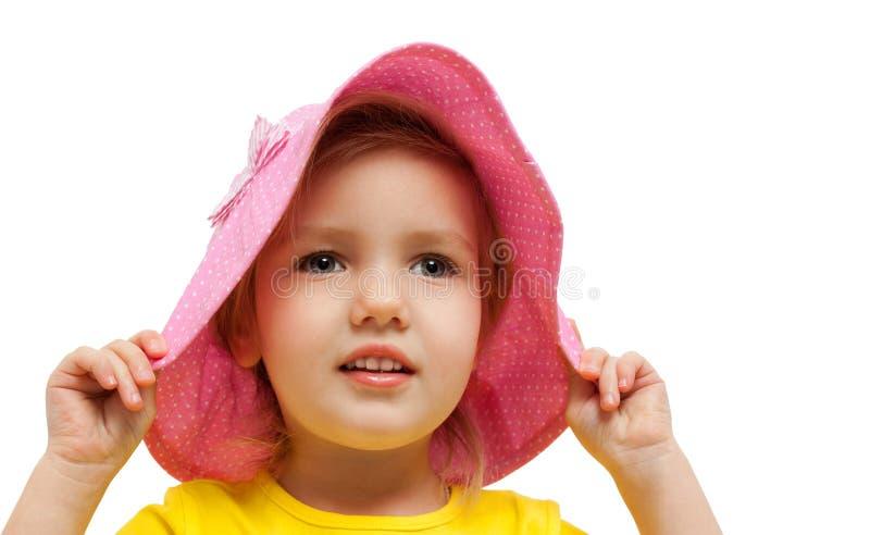 Retrato de la moda de la mirada del sombrero del rosa de la muchacha del niño foto de archivo