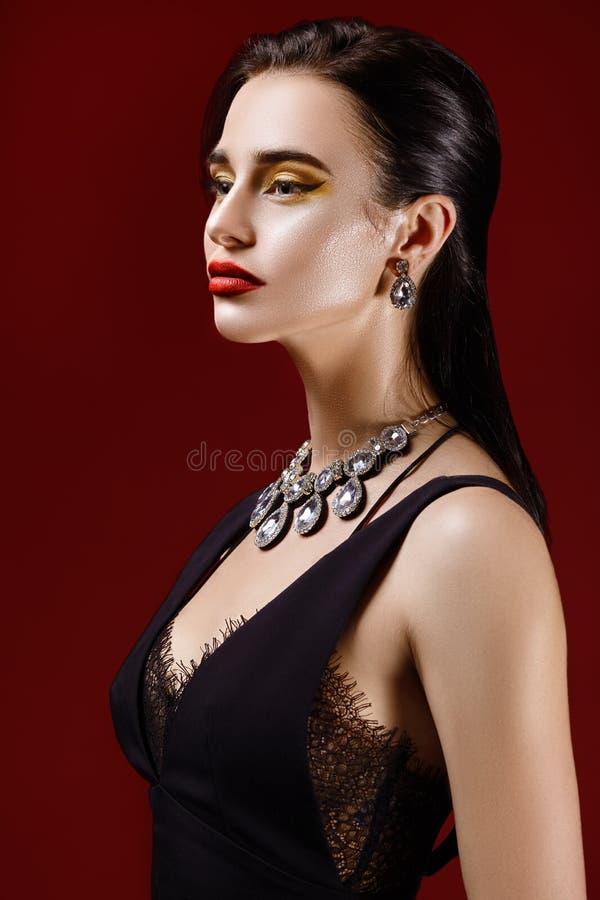 Retrato de la moda de la mujer atractiva hermosa fotografía de archivo libre de regalías