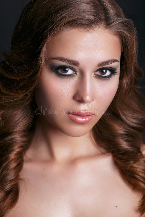 Retrato de la moda de la mujer atractiva hermosa joven foto de archivo