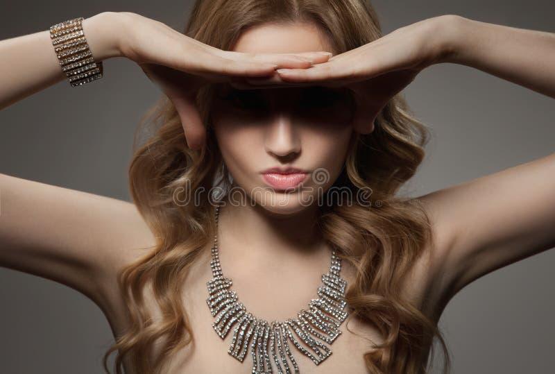 Retrato de la moda de la mujer de lujo hermosa con joyería imagenes de archivo