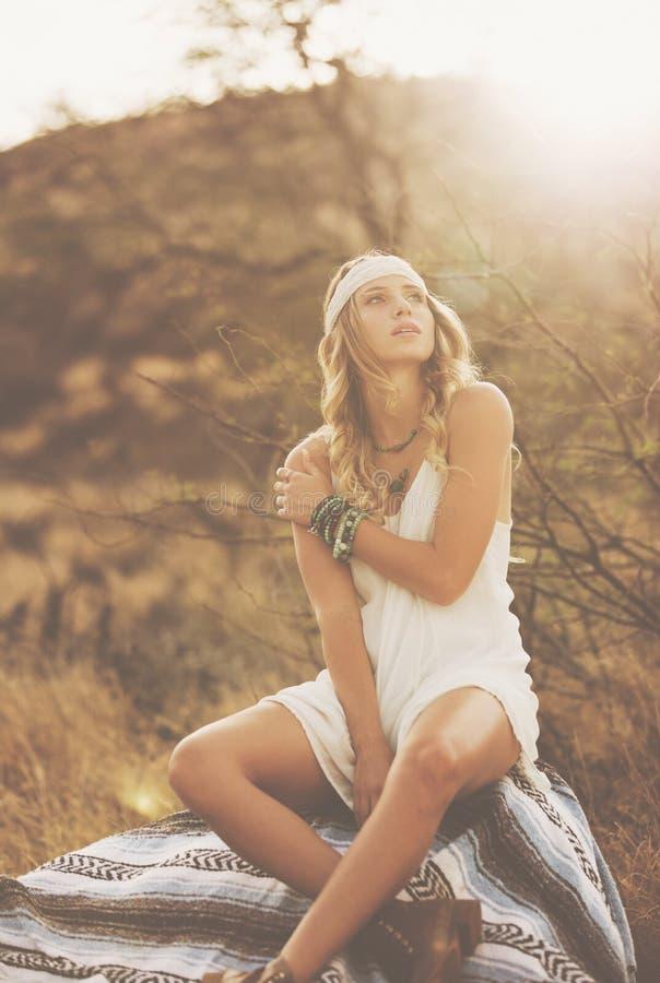 Retrato de la moda de la mujer joven hermosa hecha excursionismo en la puesta del sol imágenes de archivo libres de regalías