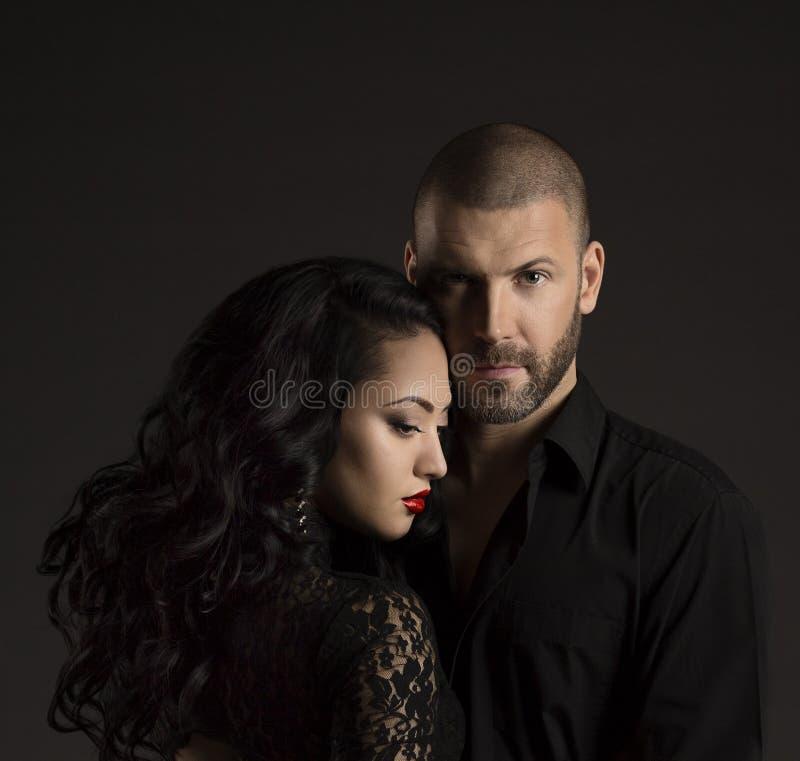Retrato de la moda de los pares, hombre hermoso y mujer elegante en negro fotos de archivo