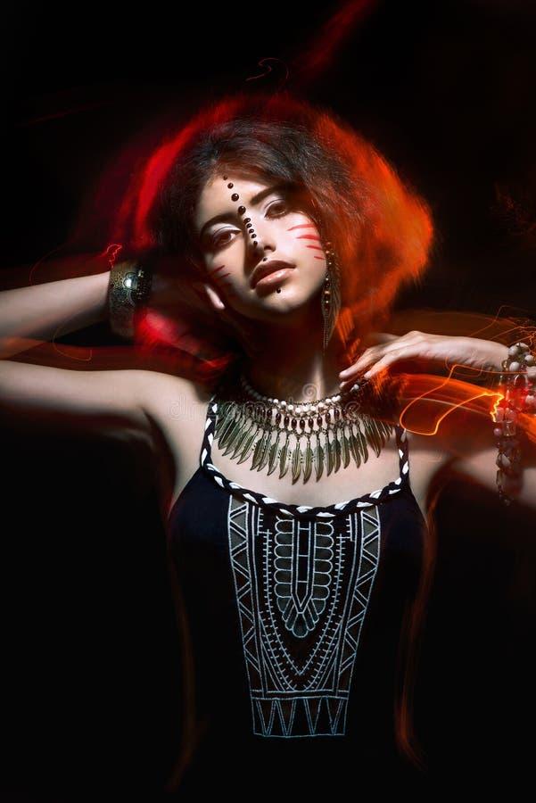 Retrato de la moda del arte de la muchacha hermosa de la mujer joven con c tribal fotografía de archivo