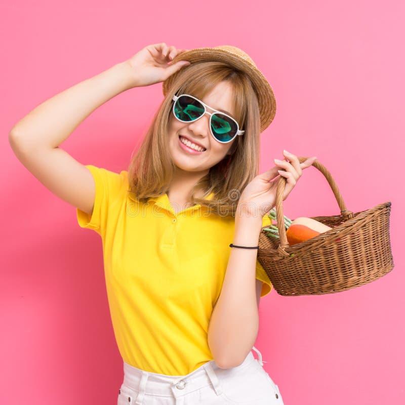 Retrato de la moda del concet de las compras de la muchacha asiático hermoso joven imagen de archivo libre de regalías