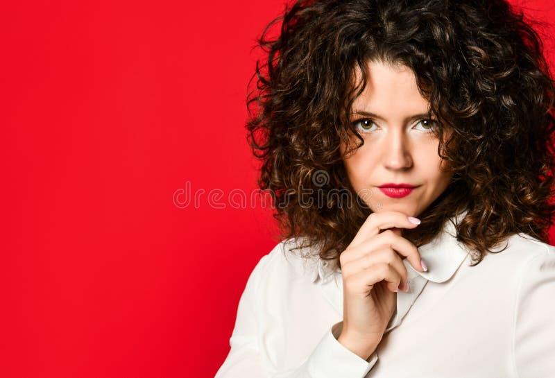 Retrato de la moda del estilo del negocio de la mujer joven foto de archivo