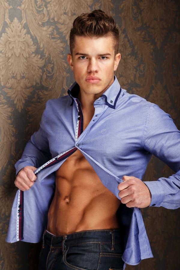 Retrato de la moda del hombre muscular en camisa imágenes de archivo libres de regalías
