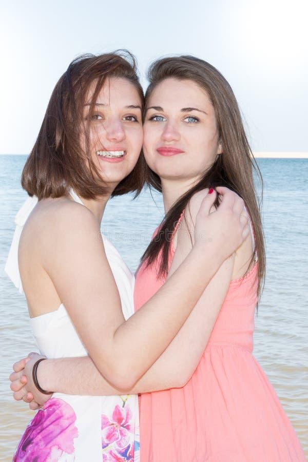 Retrato de la moda de la forma de vida de dos muchachas lesbianas jovenes bastante frescas de los mejores amigos que tienen vacac imagen de archivo