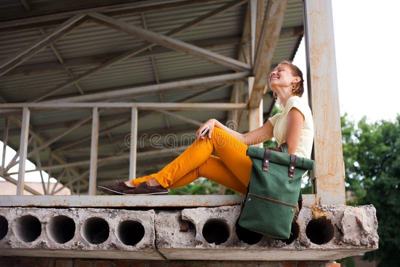 Retrato de la moda Girl modelo sonriente en el fondo industrial fotografía de archivo