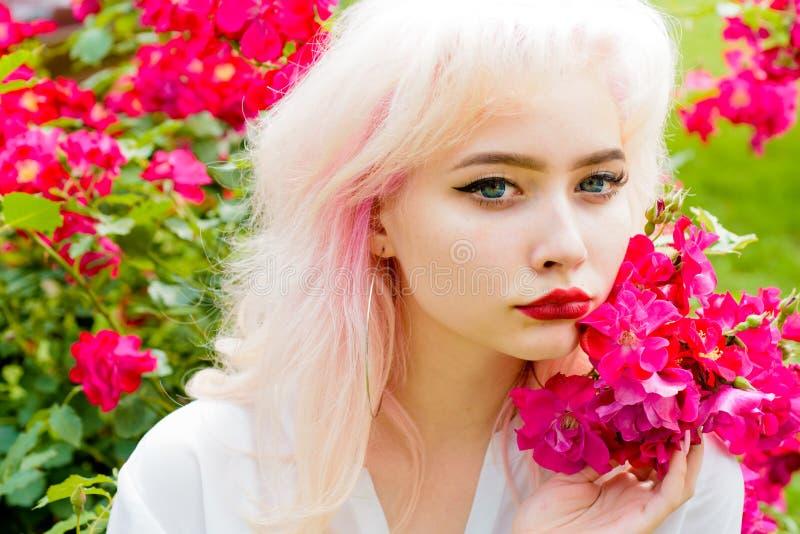 Retrato de la moda de la mujer Coloración del cabello Mujer de la primavera con las flores Belleza del verano Cosméticos y skinca foto de archivo libre de regalías
