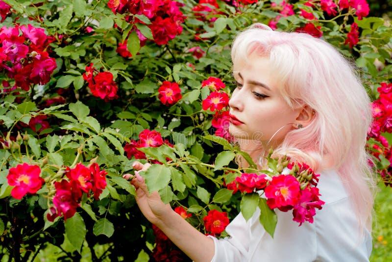 Retrato de la moda de la mujer Coloración del cabello Mujer de la primavera con las flores Belleza del verano Cosméticos y skinca fotografía de archivo