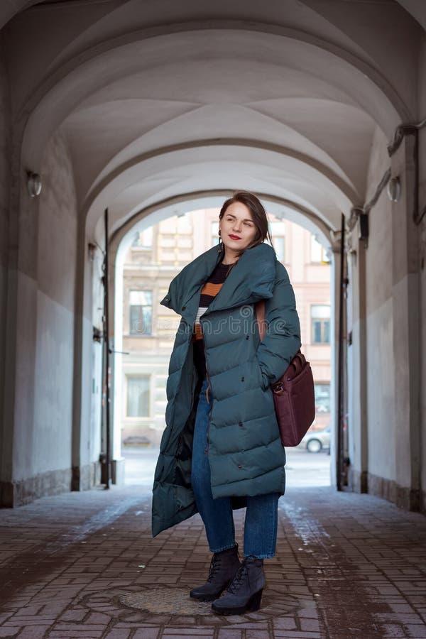 Retrato de la moda de la mujer confiada hermosa que camina en calle fotografía de archivo libre de regalías