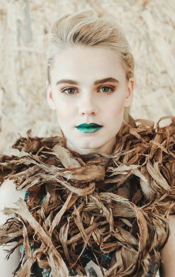 Retrato de la moda de la mujer rubia joven Muchacha hermosa con los labios verdes Madre naturaleza del concepto imagen de archivo