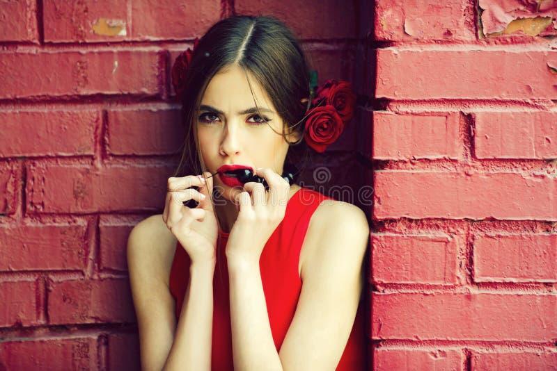 Retrato de la moda de una chica joven bailarín del flamenco en vestido y flor rojos fotografía de archivo libre de regalías