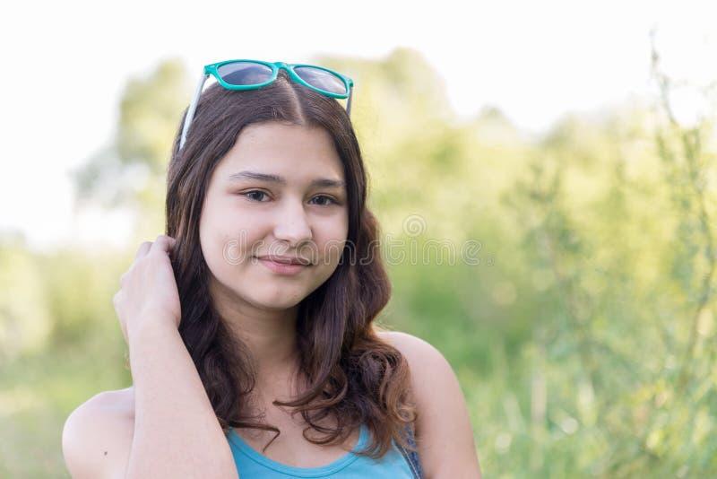 Retrato de la muchacha adolescente el verano de la naturaleza imagen de archivo
