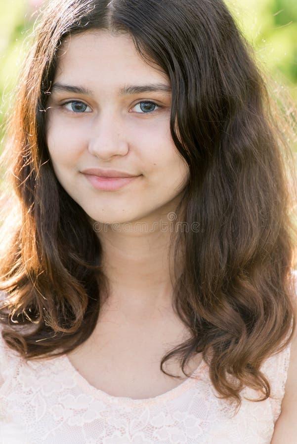 Retrato de la muchacha adolescente el verano de la naturaleza fotografía de archivo libre de regalías