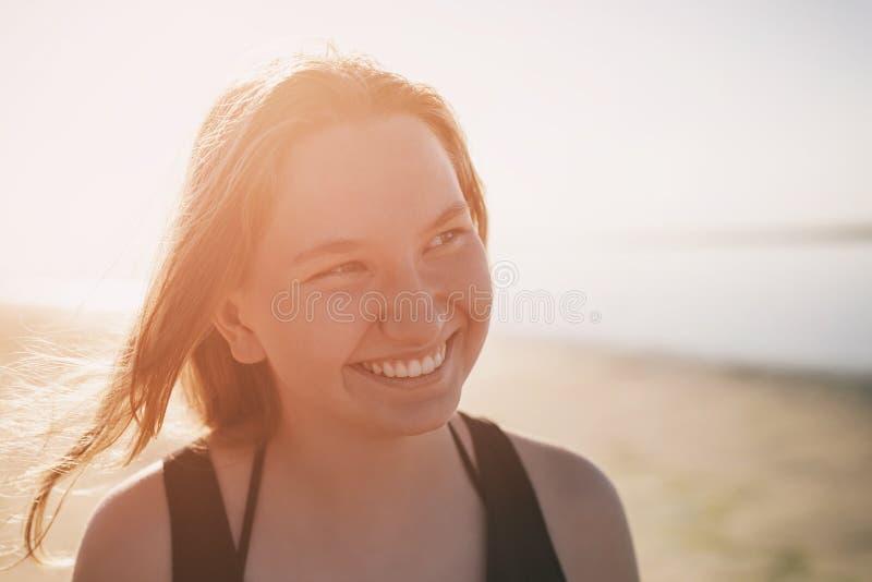 Retrato de la muchacha adolescente feliz en la playa, foto de archivo libre de regalías