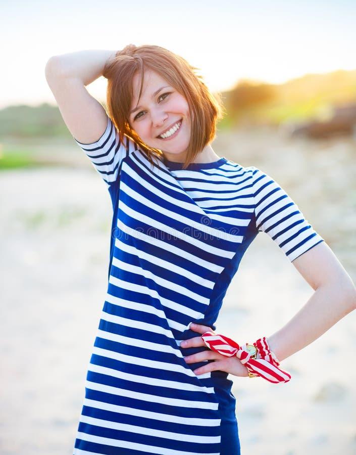 Retrato de la muchacha adolescente hermosa cerca del mar fotos de archivo libres de regalías