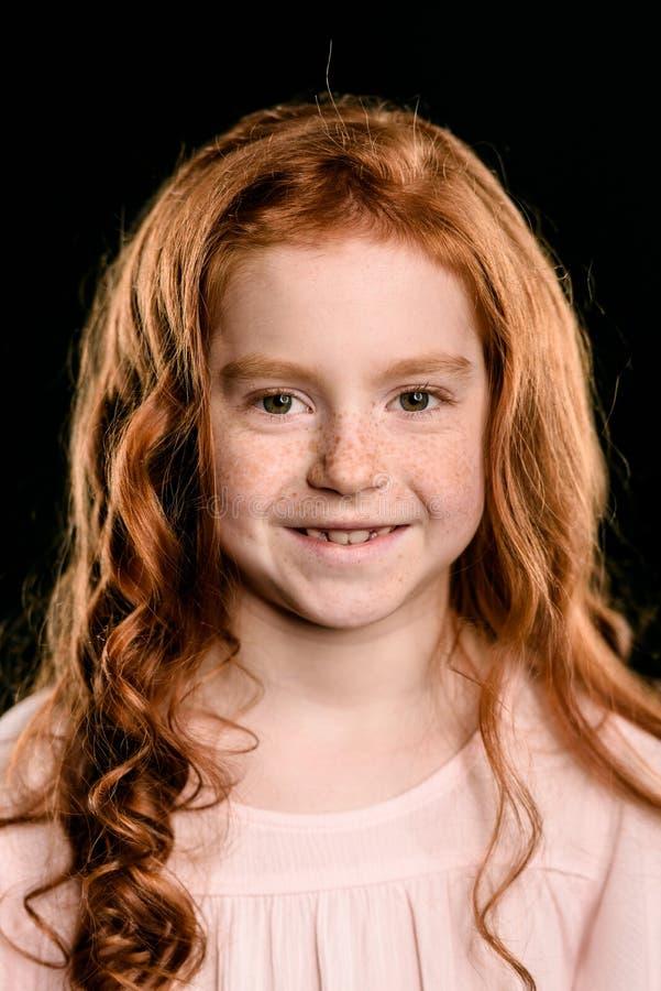 Retrato de la muchacha adorable del pelirrojo que sonríe y que mira la cámara imagenes de archivo