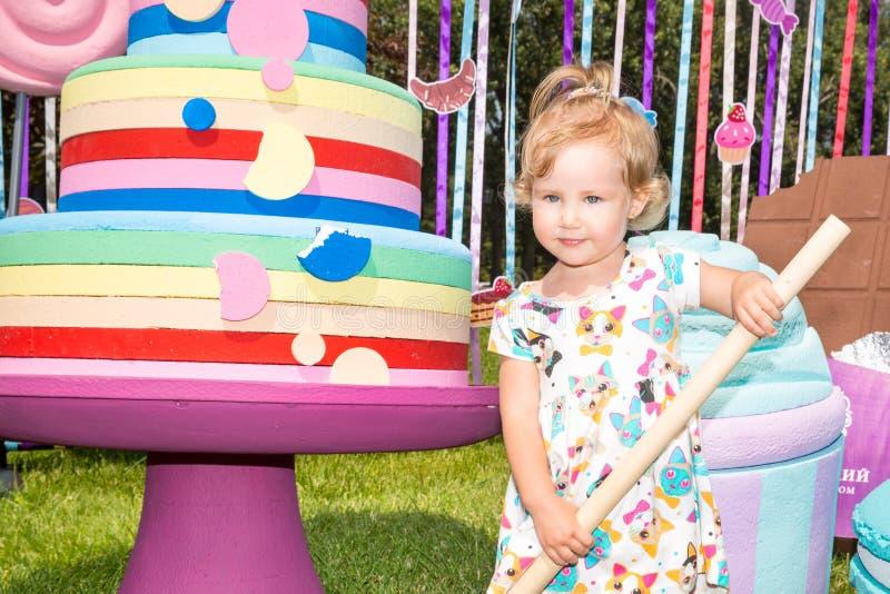 Retrato de la muchacha adorable feliz del niño al aire libre Niño lindo en día de verano imágenes de archivo libres de regalías