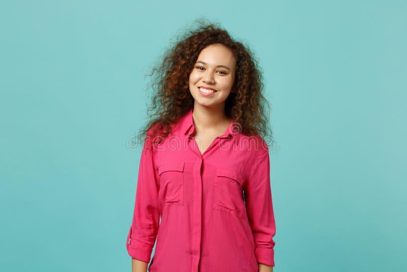Retrato de la muchacha afroamericana sonriente del mulato en la ropa casual que mira la cámara aislada en la pared azul de la tur imagen de archivo libre de regalías