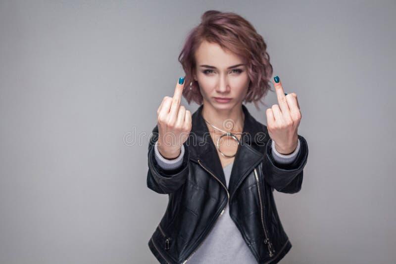 Retrato de la muchacha agresiva con el peinado corto y el maquillaje en la situación negra de la chaqueta de cuero del estilo spo fotos de archivo libres de regalías
