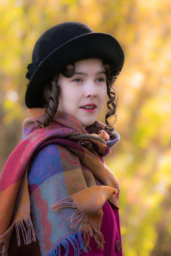 Retrato de la muchacha alegre en un día soleado del otoño imagenes de archivo