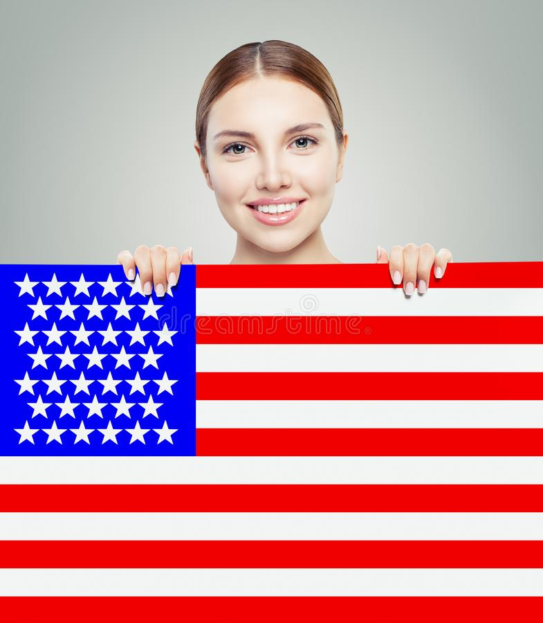 Retrato de la muchacha americana feliz con el fondo de la bandera de los E.E.U.U. fotografía de archivo libre de regalías