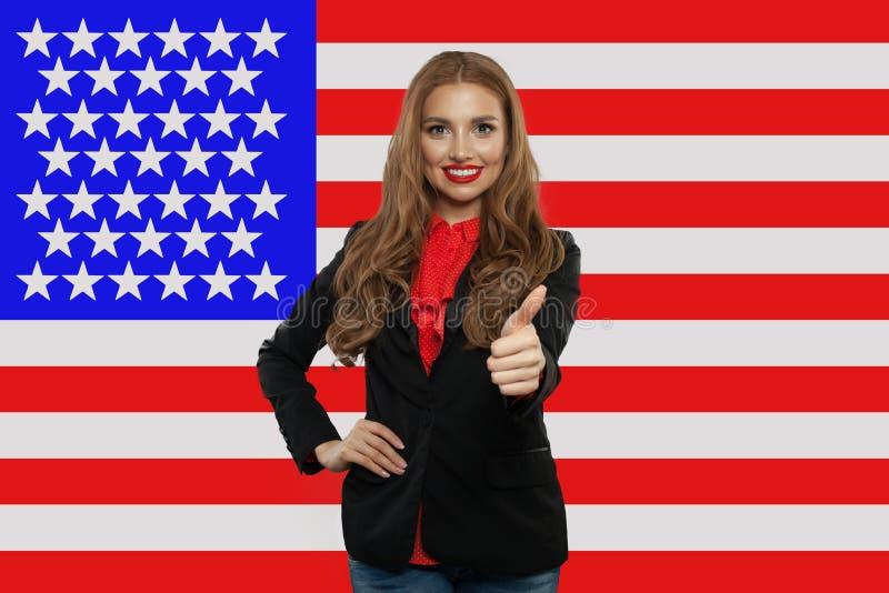 Retrato de la muchacha americana feliz con el pulgar para arriba foto de archivo libre de regalías