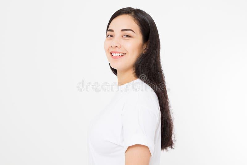 Retrato de la muchacha asiática morena sonriente con el pelo femenino recto largo y brillante aislado en el fondo blanco Mujer he fotografía de archivo libre de regalías