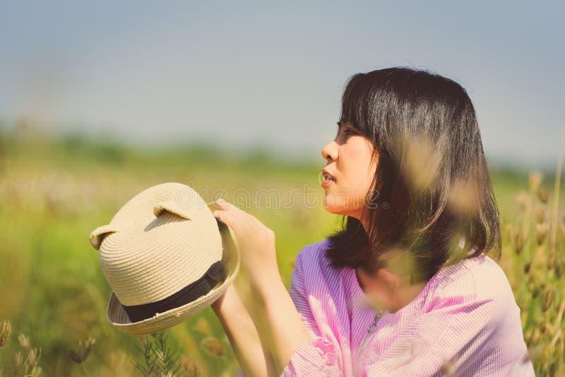 Retrato de la muchacha asiática que come un helado fotos de archivo